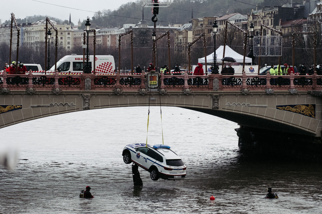 Rescate del coche caído al río Urumea esta madrugada. Fotos: Santiago Farizano