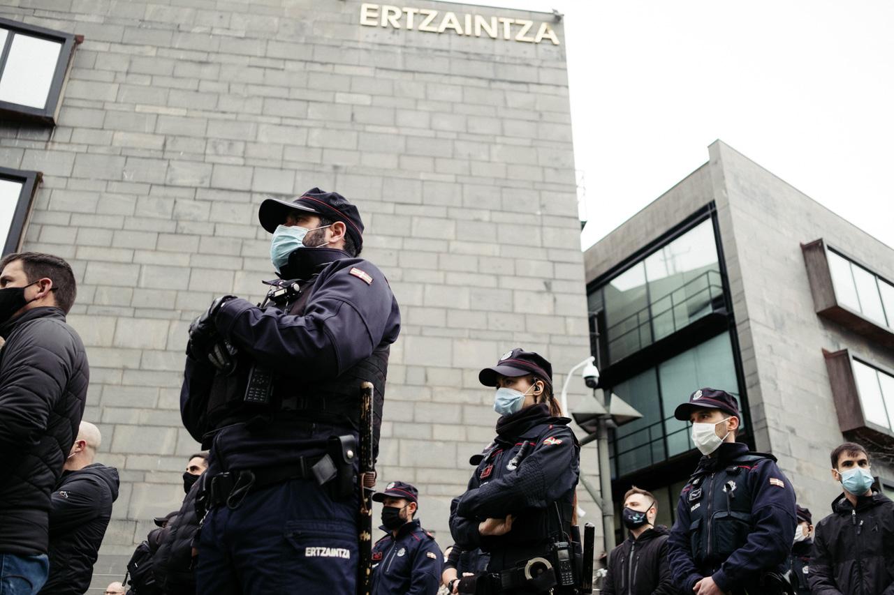 Concentración en Ondarreta por la muerte del ertzaina en el Urumea. Fotos: Santiago Farizano