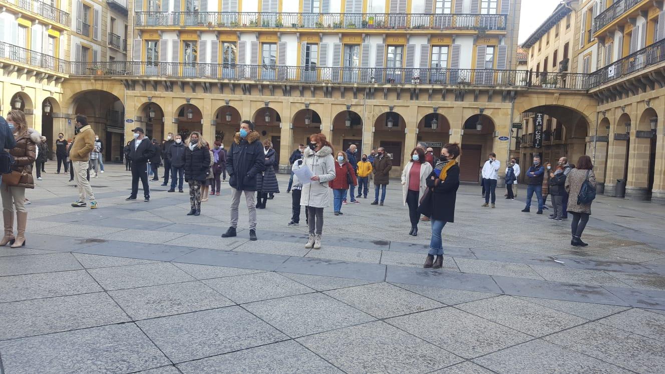 Concentración esta mañana en la plaza de la Constitución. Foto: Ainara Ibáñez