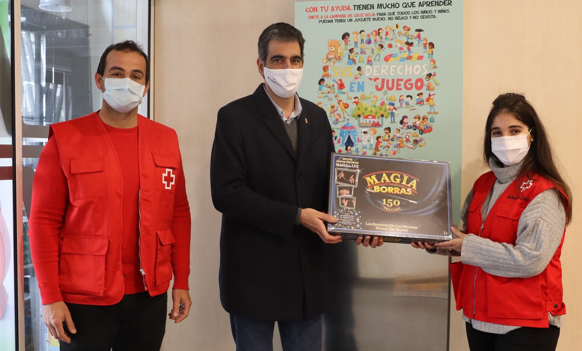Eneko Goia entregando el juego en la sede de Cruz Roja en Donostia. Foto: Santiago Farizano