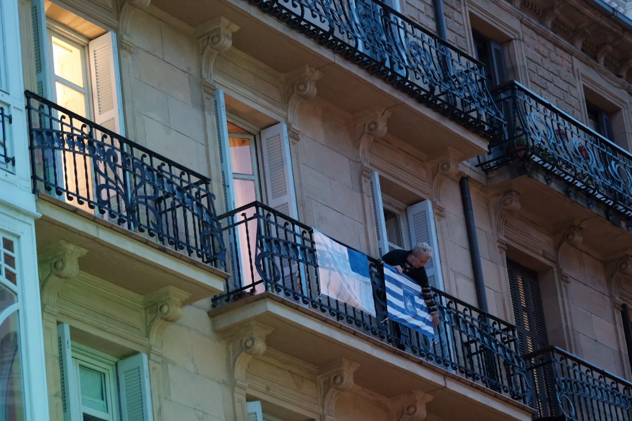 Poniendo banderas en los balcones donostiarras. Foto: Santiago Farizano
