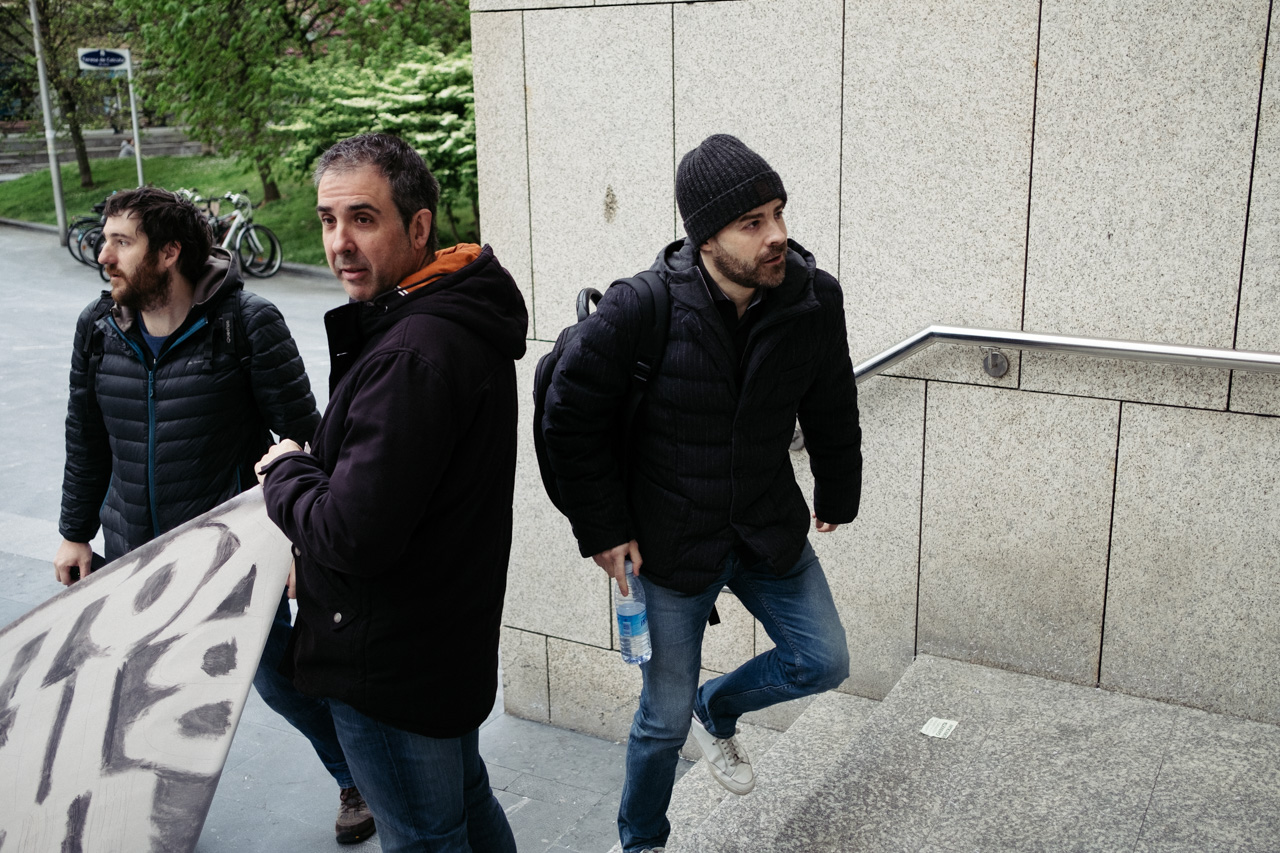 El abogado Mario Díez en el juzgado en una imagen de archivo con miembros de la plataforma de apoyo a las víctimas. Foto. Santiago Farizano