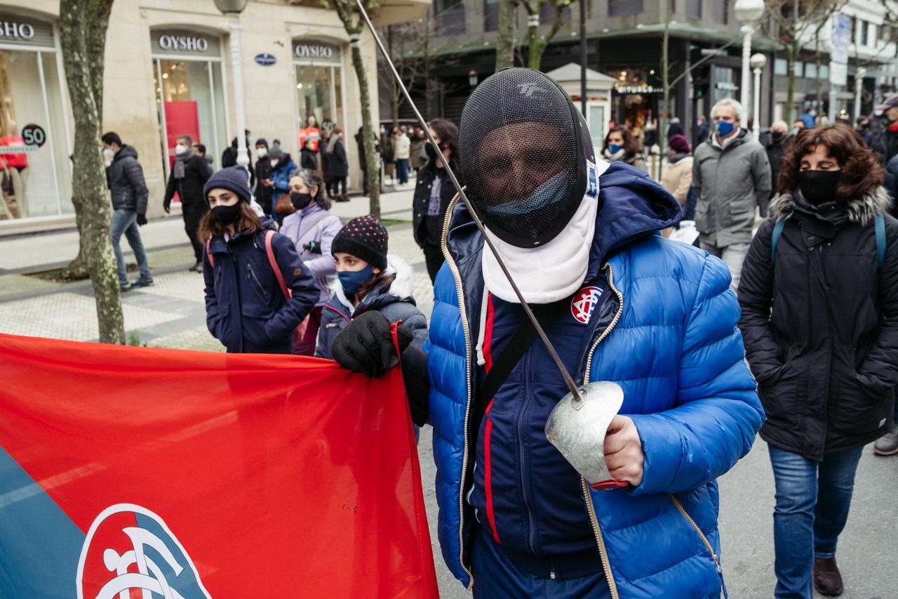 Manifestación en Donostia este mediodía por el retorno del deporte escolar. Fotos: Santiago Farizano