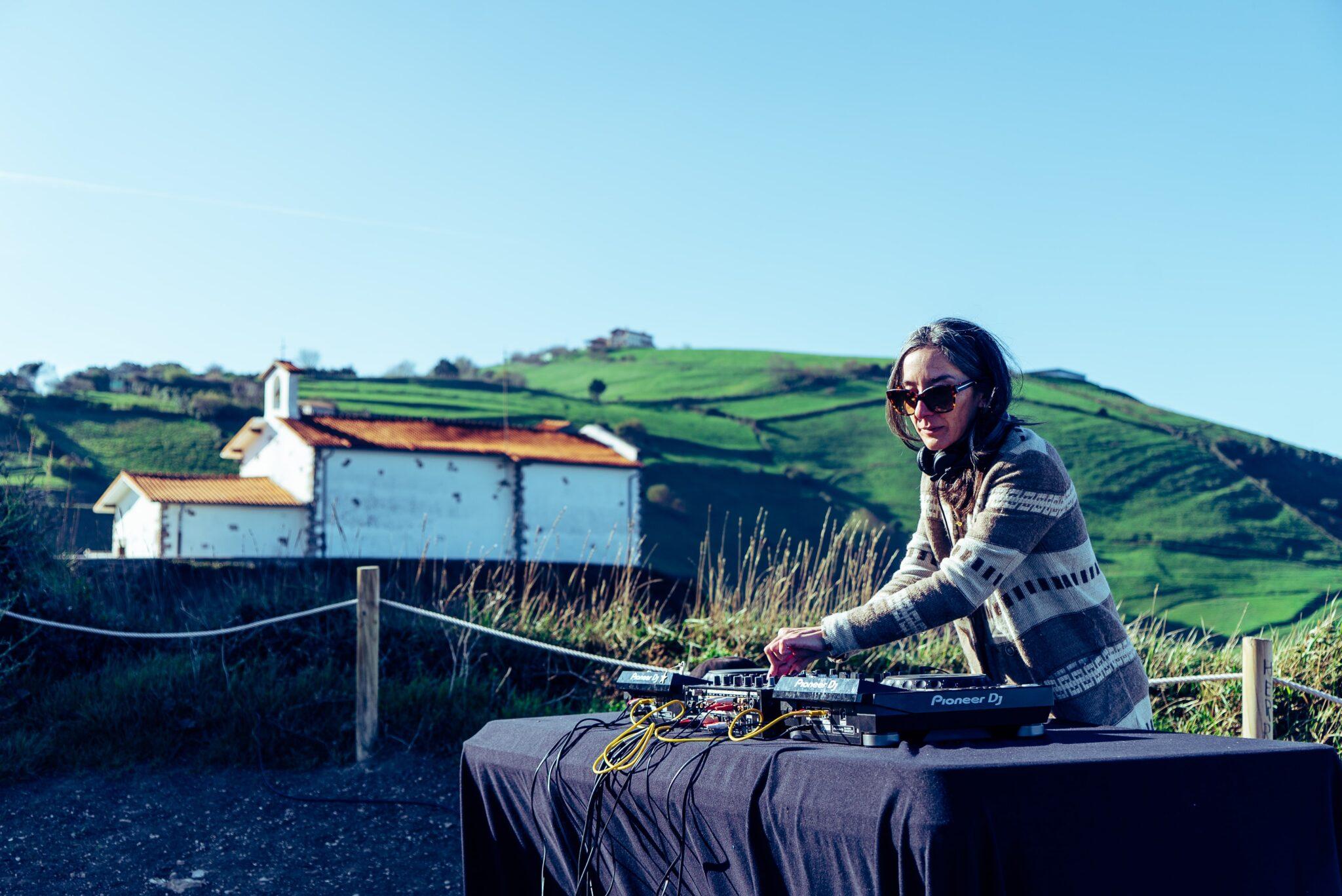 DJ Bihotza durante su actuación en Zumaia (vídeo completo dentro).