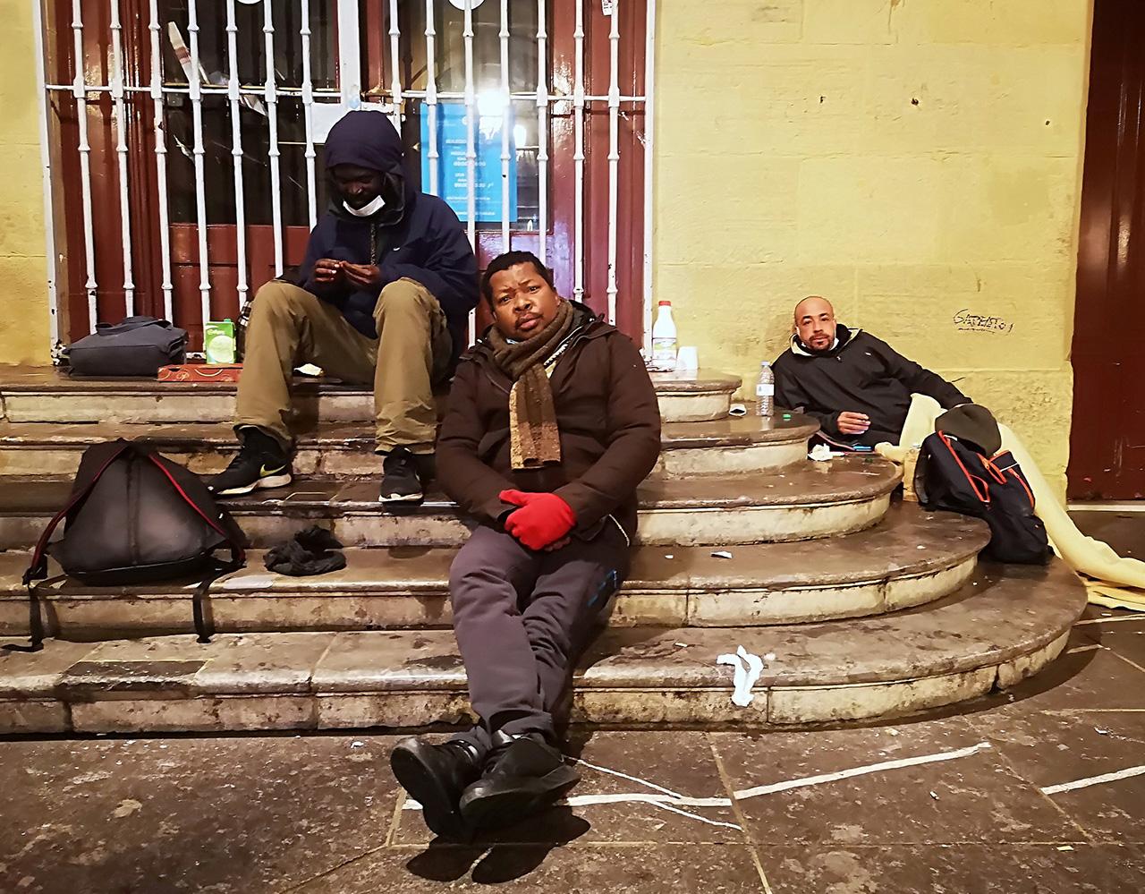 John, Rasta y Mohammed duermen estas frías noches en la plaza de la Constitución de Donostia. Fotos: Jon Pagola
