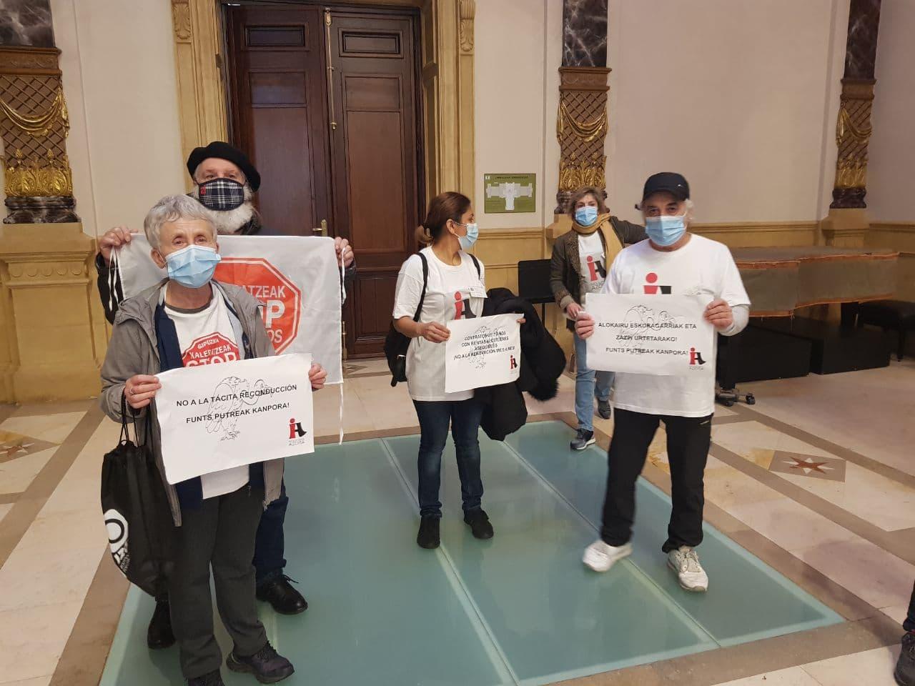 Representantes de Inquilinos de Azora y Stop Desahucios hoy en el pleno. Foto: Inquilinos de Azora