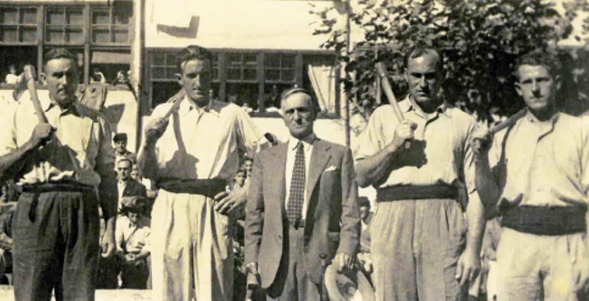Imagen del homenaje a Tomás Zubizarreta en 1948. Foto publicada por la revista Barren de Elgoibar.