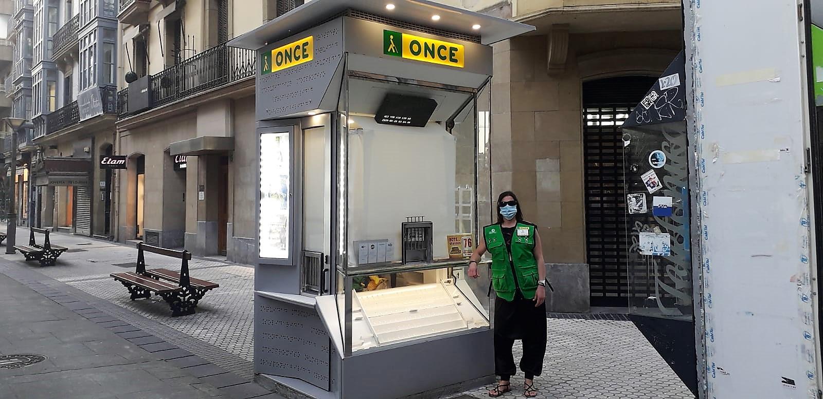 La vendedora Maider Santesteban en el quiosco situado en la calle Loiola. Foto: ONCE