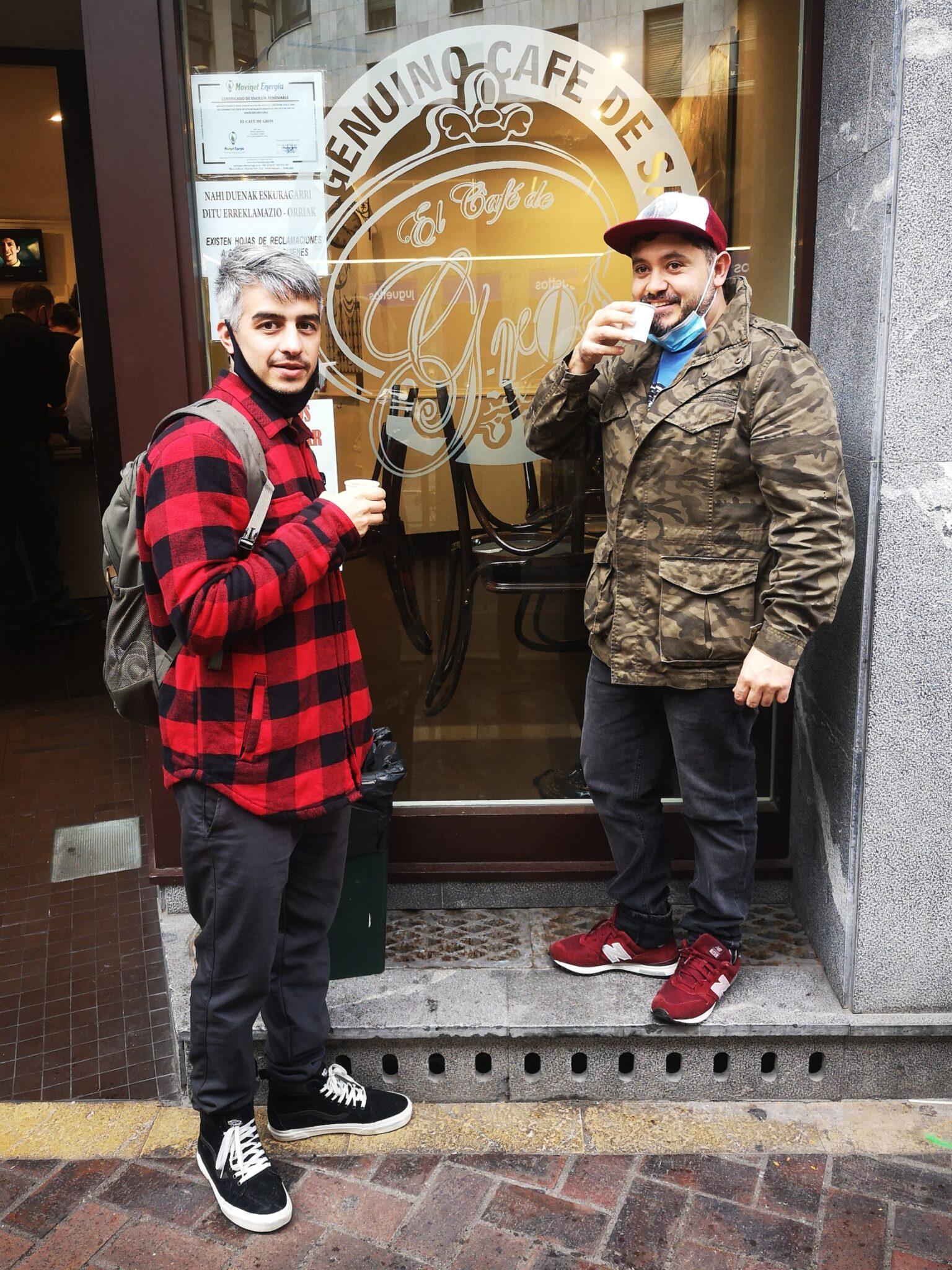 Clientes Cafe De Gros scaled - Donostia, ahora, se recorre café en mano