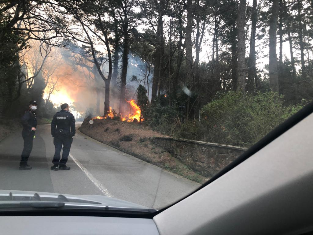 Fuego hoy en Igeldo. Foto: Xabi Unanue (vía twitter)