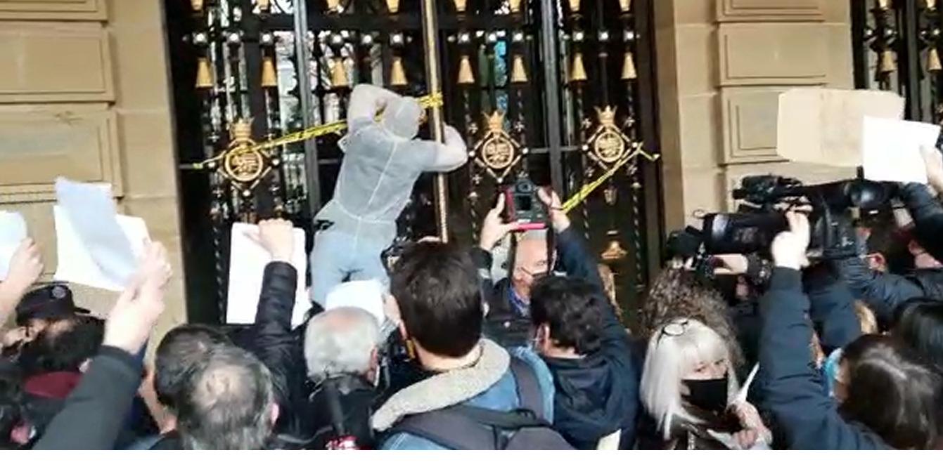 Protesta de SOS Ostalaritza en la puerta de la Diputación. Foto: DonostiTik