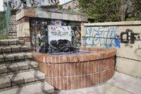 Zumeta Los grafitis destrozan otra vez la fuente de cerámica de Zumeta