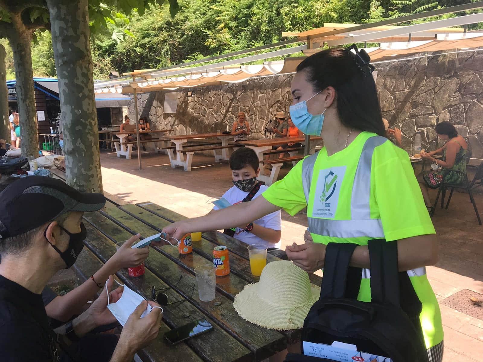 Una de las trabajadoras en la campaña del pasado verano. Foto: Hostelería Gipuzkoa