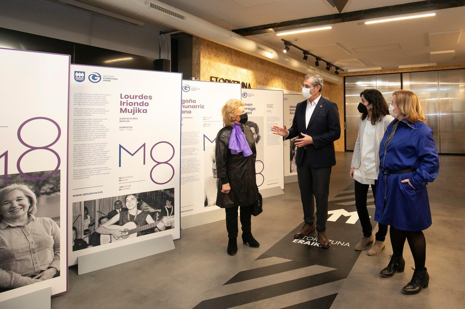 Markel Olano con tres de las gipuzkoanas presentes en la exposición: Ana Belén Juaristi Urdangarin, Begoña Amunarriz Olano e Idoia Ochoa Álvarez. Fotógrafa: Sara Santos