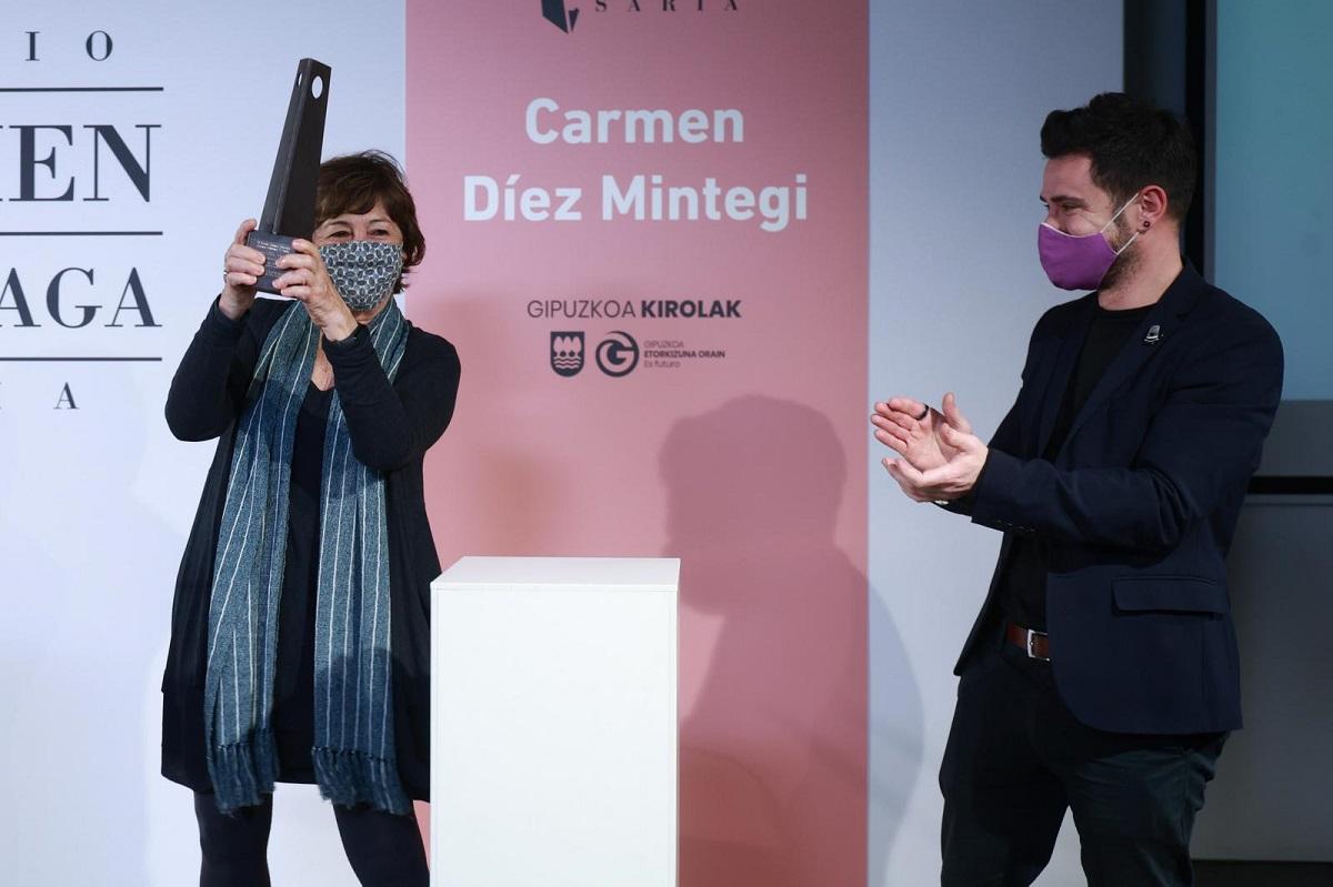 Foto: Díez Mintegui recogiéndo el premio de manos de Harkaitz Millán. Foto: Diputación