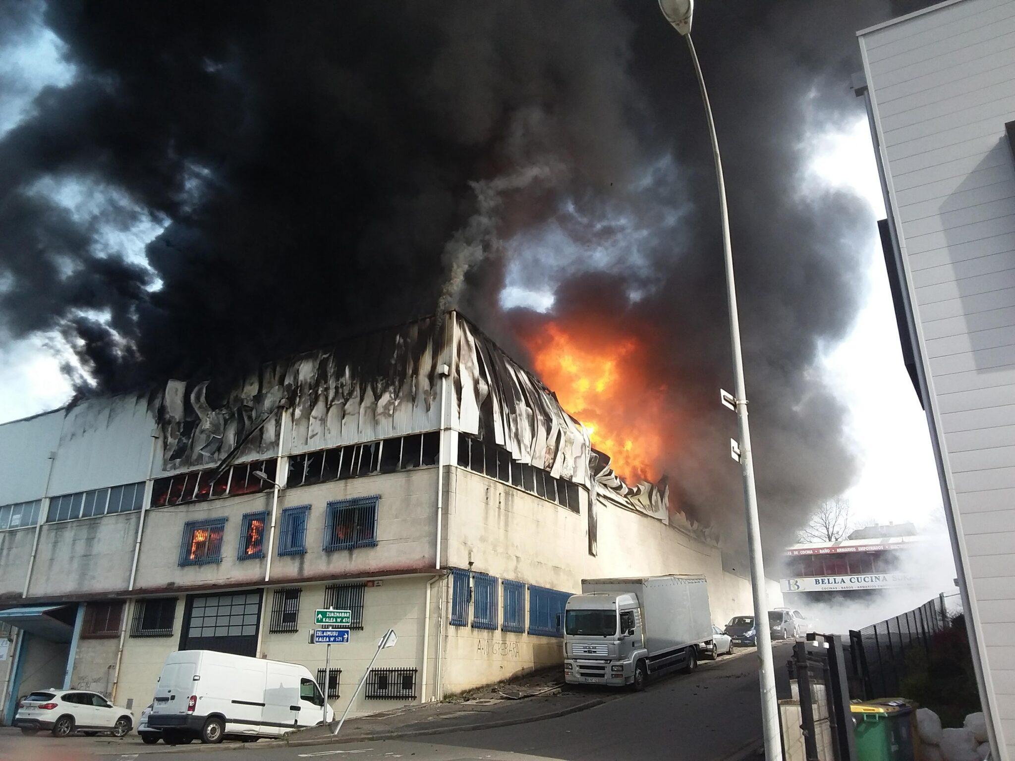 Fuego en Oiartzun. Fotos: Gipuzkoako Suhiltzaileak y Sos Deiak