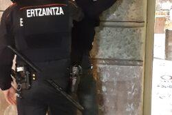 detencion Ertzaintza En prisión el hombre que agredió a otro con una botella rota en Egia
