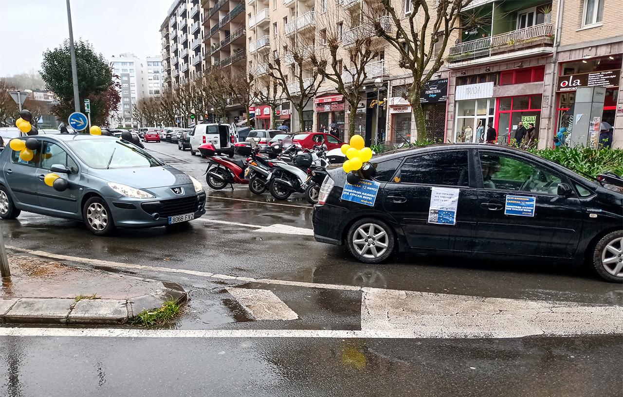 Caravana esta mañana en Donostia contra la temporalidad. Foto: Donostitik