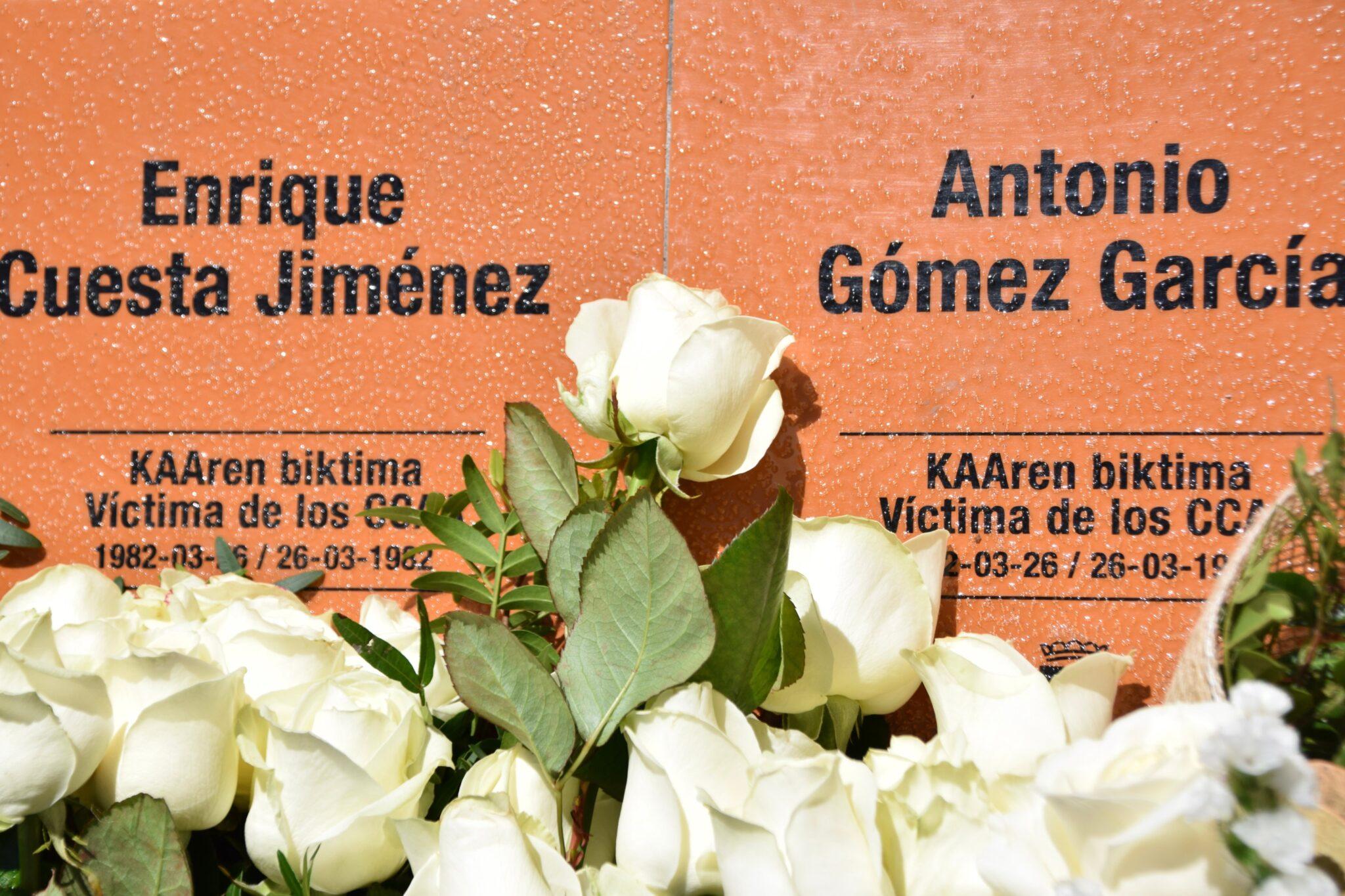 placa2 scaled - El Ayuntamiento de Donostia homenajea a Enrique Cuesta y Antonio Gómez