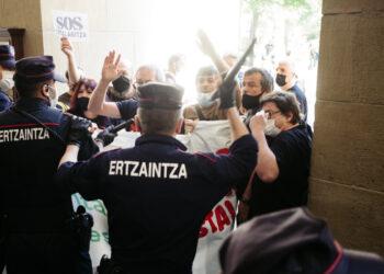 Imágenes del altercado entre SOS Ostalaritza y la Ertzaintza. Fotos: Santiago Farizano