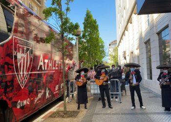 Imagen de las redes sociales con los mariachis a la puerta del hotel donde se aloja el Athletic club.