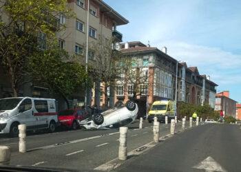 Coche volcado en Intxaurrondo. Imagen de redes sociales.