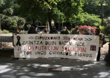 Los miembros de la asociación se concentran cada martes en la plaza Gipuzkoa. Foto: Beñat Mujika