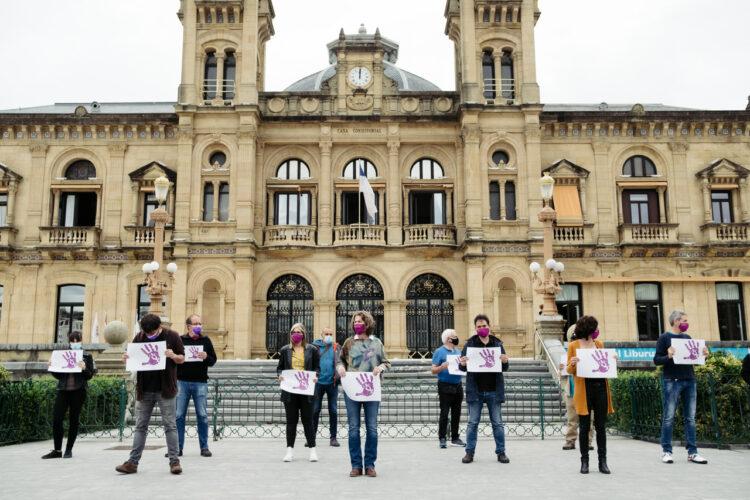Concentración de EH Bildu en la puerta del Ayuntamiento contra los presuntos abusos. Foto: Santiago Farizano