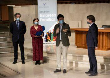 A la derecha: Anton Aranzabal y a la izquierda los tres miembros de la familia Guinea. Foto: Deusto