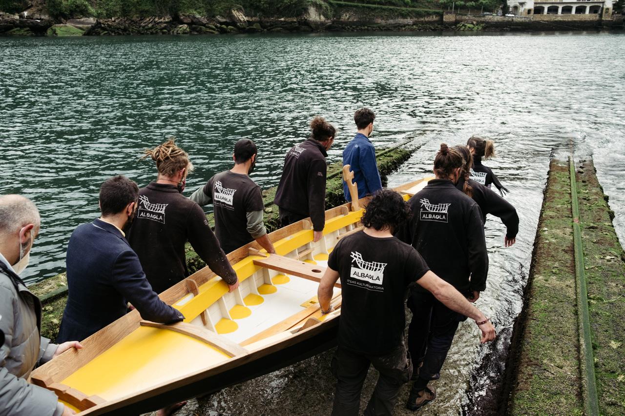 donostitik albaola sandolo botadura 16 - 'Laguna', el barco veneciano de Albaola, ya surca el mar