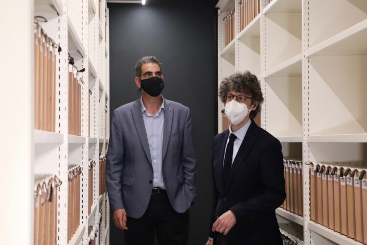 Eneko Goia y Juan Ramón Viles en el archivo munipal. Foto: Donostiako Udala