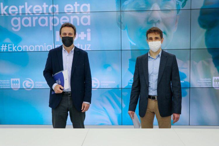 El diputado Jabier Larrañaga y el director de Innovación Jon Gurrutxaga presentando la convocatoria. Foto: Diputación