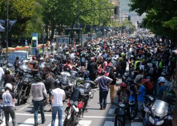 Motoristas manifestados en Donostia. Fotos: Santiago Farizano