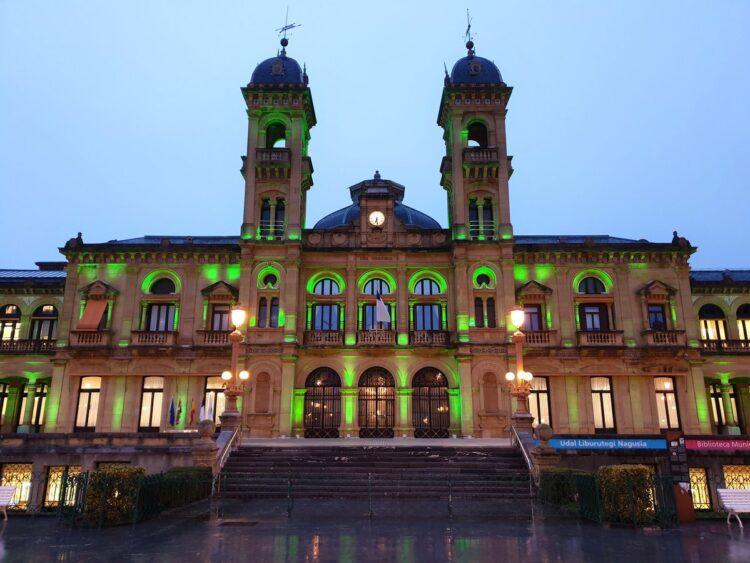 El Ayuntamiento donostiarra, de verde contra la ELA. Foto. Ayto