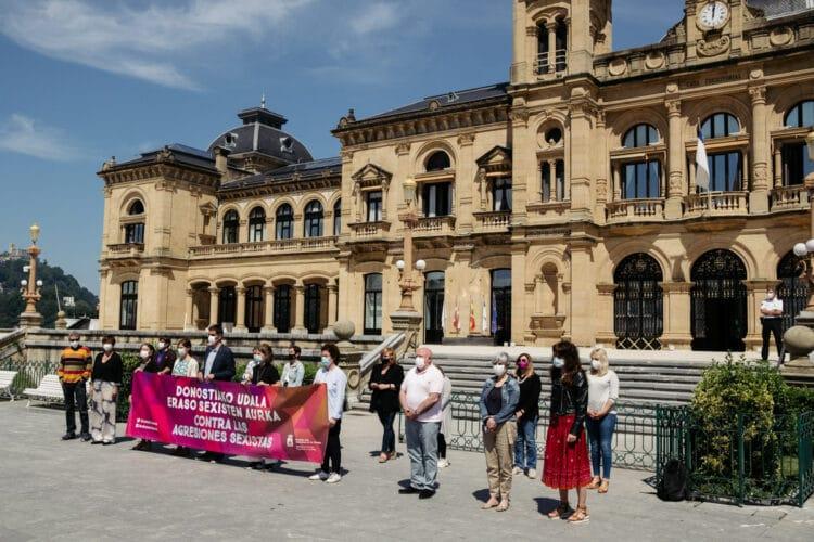 Concentración esta mañana ante el Ayuntamiento contra los abusos denunciados por una menor. Foto: Santiago Farizano