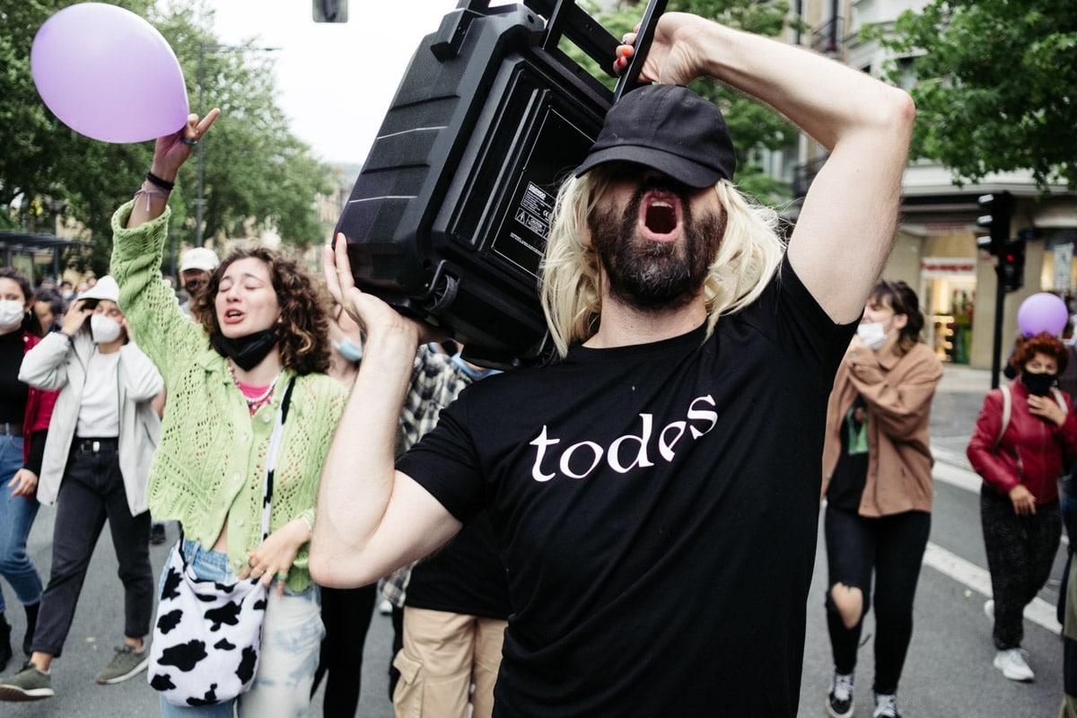 donostitik marcha lgtbi 02 - El Orgullo LGTBI+ congrega a más de un millar de personas en Donostia