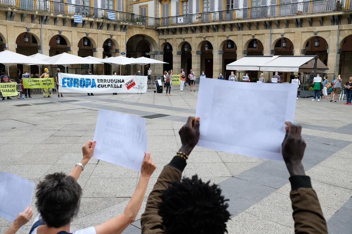 """mani2 - Marcha en Donostia """"porque migrar no es un delito"""""""