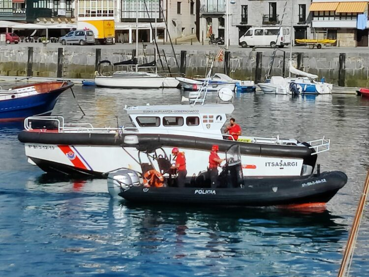 Barco de Azti que se incorpora a la búsqueda. Foto. Ertzaintza