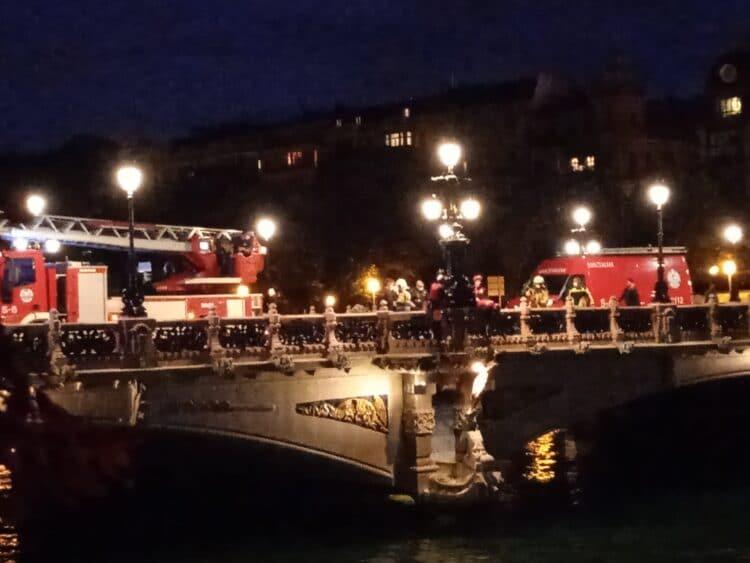Rescate de las dos personas que se tiraron al agua. Foto: Bomberos Euskadi (vía twitter)