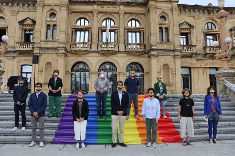 Imagen de todos los grupos municipales el pasado 18 de junio con motivo del Día del Orgullo LGTBI+. Foto: Ayto